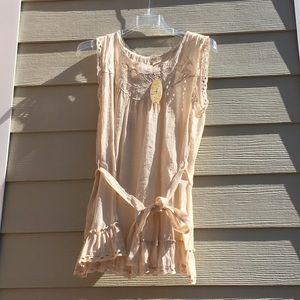 Sleeveless lace blouse with belt